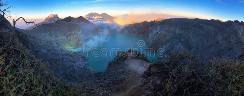Kawah伊真火山全景美好的风景视图  免版税图库摄影