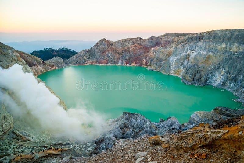 Kawah伊真火山火山的火山口在早晨黎明, Java,印度尼西亚 免版税库存图片