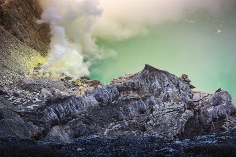 Kawah伊真火山火山风景在印度尼西亚的日出场面的 免版税库存图片