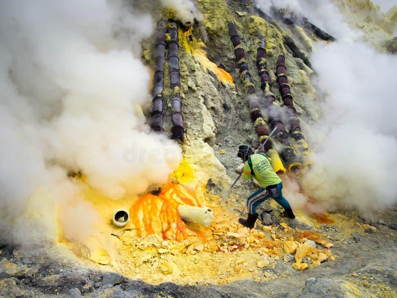 Kawah伊真火山,印度尼西亚工作里面火山口的硫磺矿工  库存图片