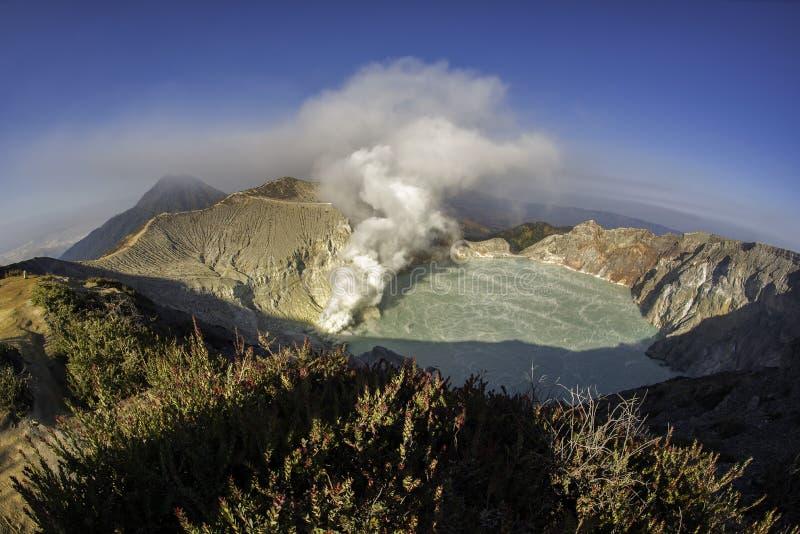 Kawah Ijen krater på soluppgångpanoramautsikten, Indonesien royaltyfri foto