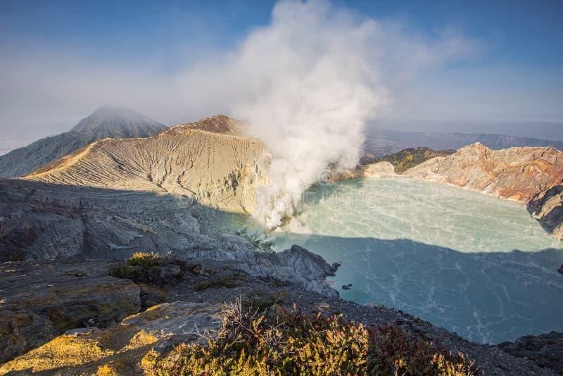 Kawah Ijen krater på soluppgångpanoramautsikten, Indonesien arkivfoto