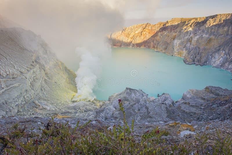 Kawah Ijen krater på soluppgångpanoramautsikten, Indonesien fotografering för bildbyråer