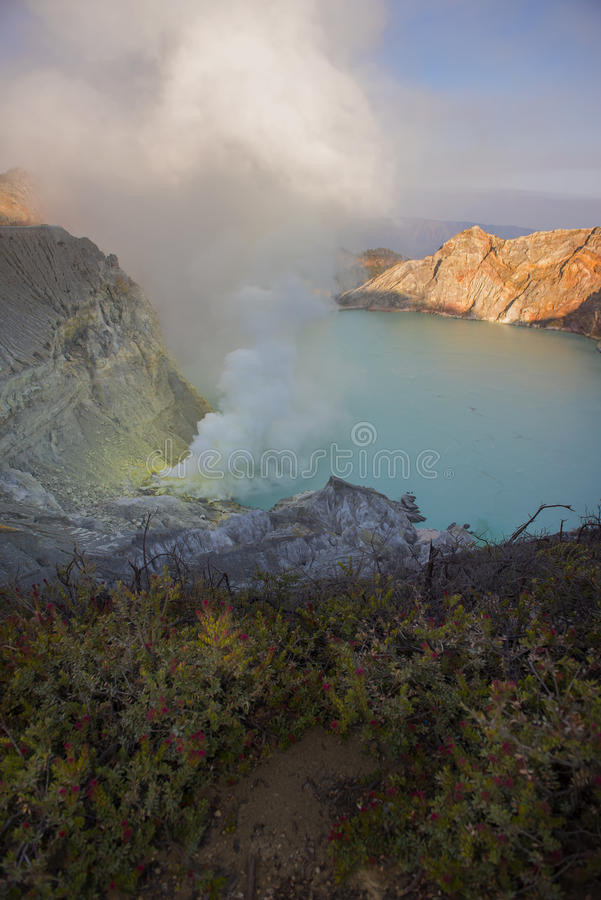 Kawah Ijen krater på soluppgångpanoramautsikten, Indonesien royaltyfri bild