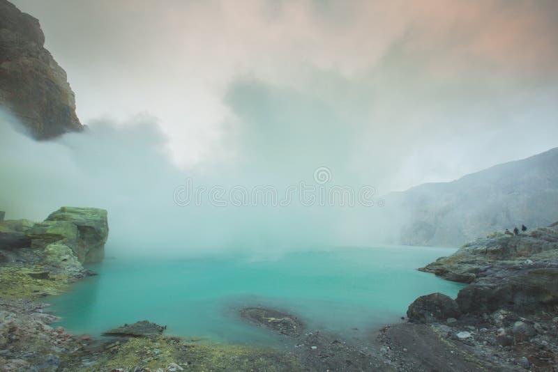 Download Kawah Ijen Powulkaniczny Krater Obraz Stock - Obraz złożonej z minujący, chmury: 57674629