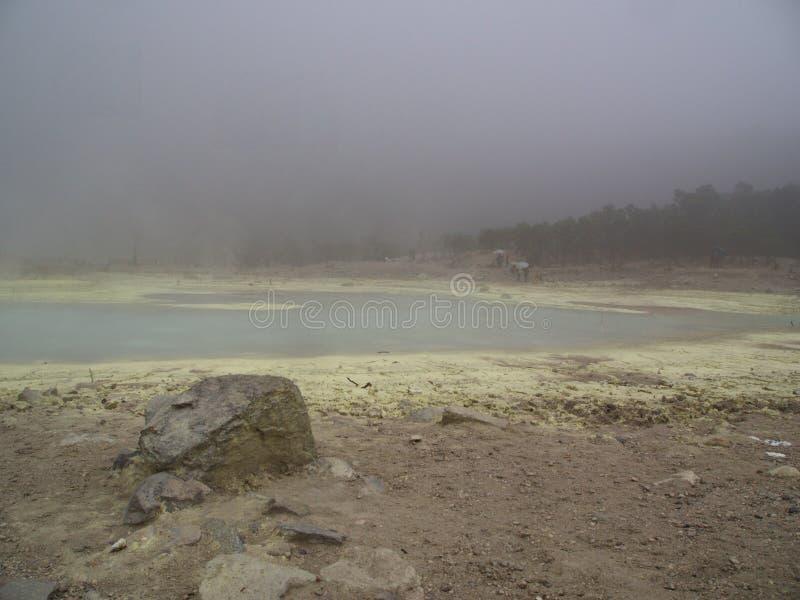 Kawah Putih是一个醒目的火山口湖和旅游胜地在volc 免版税库存照片