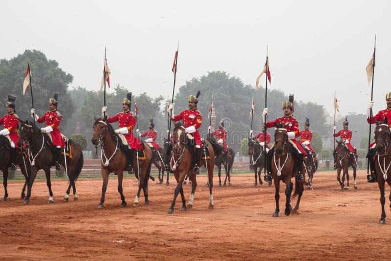 Kawaleria jedzie out od prezydentów pałac w czerwonej tunice fotografia stock