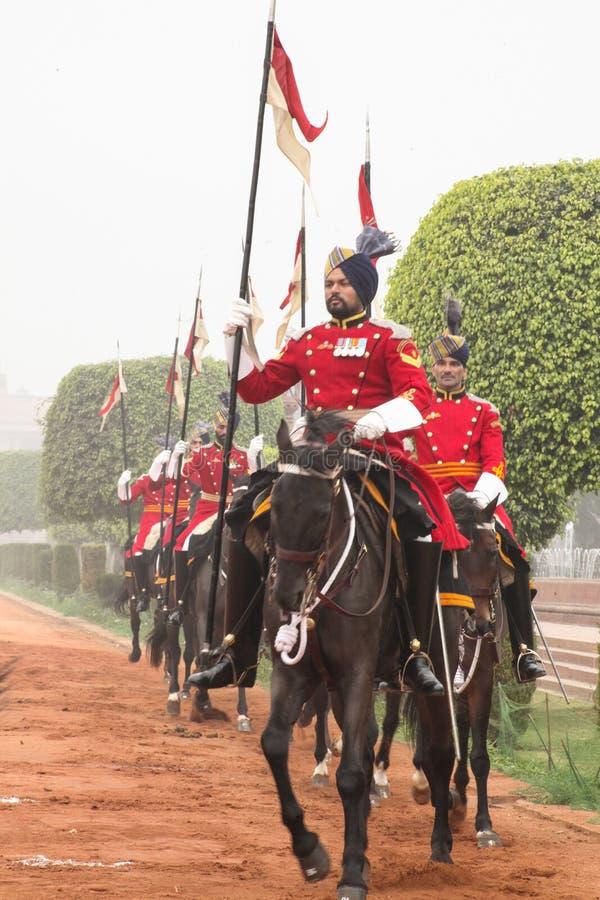 Kawaleria jedzie out od prezydentów pałac w czerwonej tunice zdjęcie royalty free