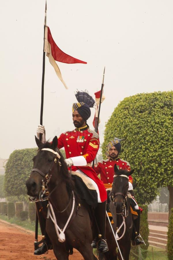 Kawaleria jedzie out od prezydentów pałac w czerwonej tunice obrazy royalty free