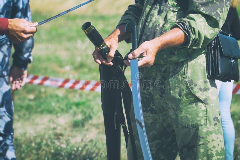 Kawaleria kordzik w rękach żołnierz obraz royalty free