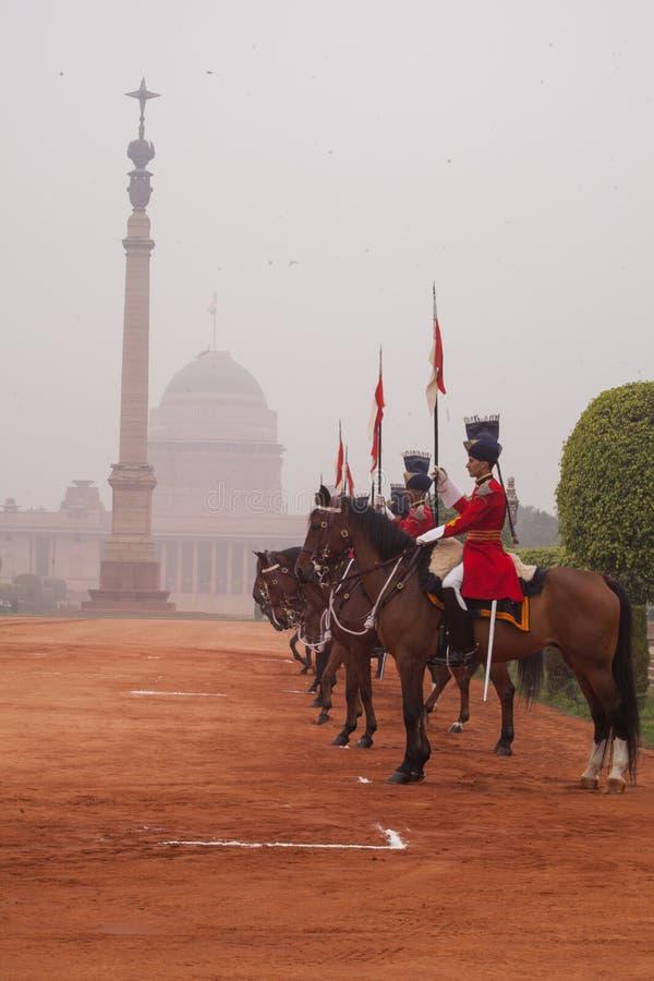 Kawaleria na zewnątrz prezydentów pałac w czerwonej tunice zdjęcie stock