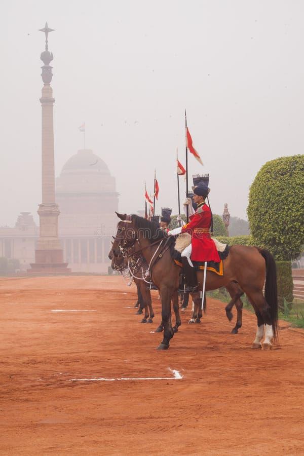 Kawaleria na zewnątrz prezydentów pałac w czerwonej tunice zdjęcie royalty free