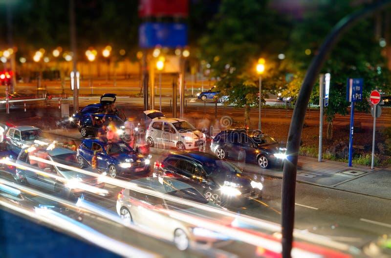 Kawalkada samochodów w Niemcy po tym jak Niemcy dopasowanie puchar świata w futbolu z niemiec zaznacza przy nocą wszystkie ludzi  obraz royalty free