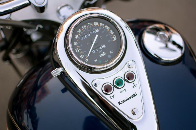 Kawasaki-Armaturenbrettmotorrad mit Reflexion stockfotos
