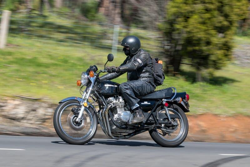 Kawasaki Motorcycle auf Landstraße lizenzfreies stockfoto