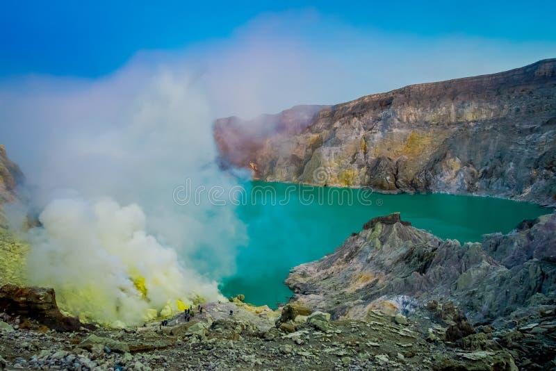 KAWEH伊真火山,印度尼西亚:有工作在火山的火山口湖,壮观的自然旁边的矿工的硫磺矿好的概要 库存照片