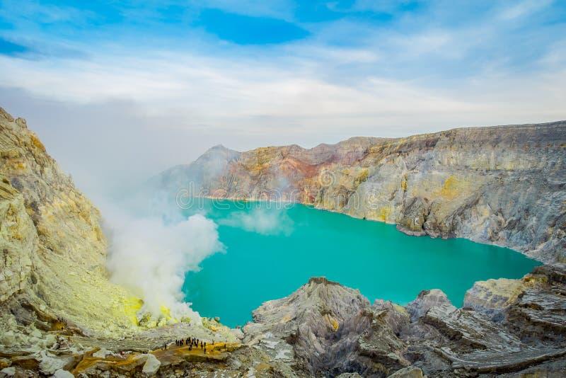 KAWEH伊真火山,印度尼西亚:有美丽的蓝天的,游人火山的火山口湖壮观的概要可看见在 图库摄影