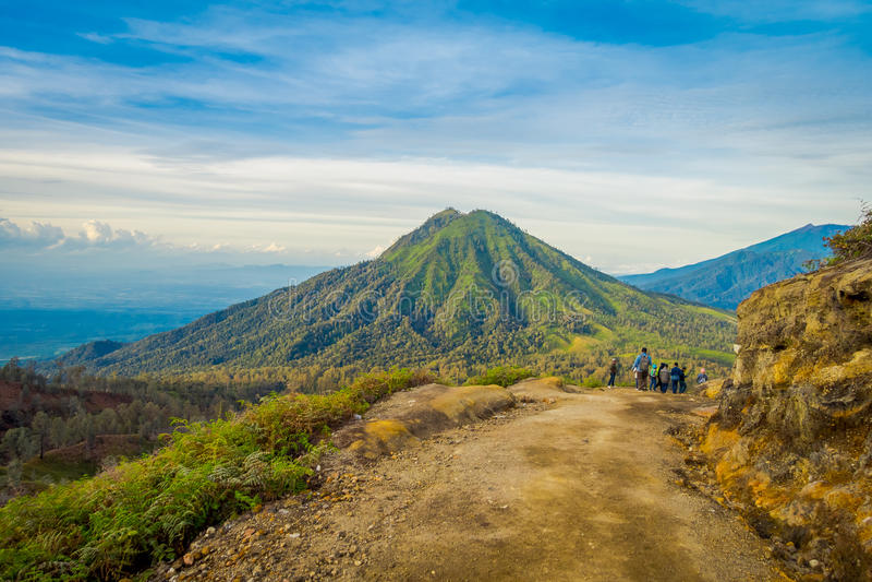KAWEH IJEN, INDONESIA: Tiro hermoso del paisaje de la mucha altitud con las montañas verdes en la distancia fotografía de archivo
