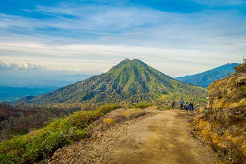 KAWEH IJEN, INDONESIEN: Härligt skott av landskapet för hög höjd med gröna berg i avståndet arkivbild