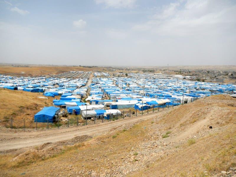22 05 2017, Kawergosk, Iraque : O campo de refugiados abarrotado em Iraque com os refugiados que fogem de É ou estado islâmico fotos de stock royalty free