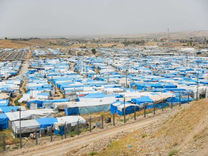 22 05 2017, Kawergosk, Iraque : O campo de refugiados abarrotado em Iraque com os refugiados que fogem de É ou estado islâmico fotografia de stock