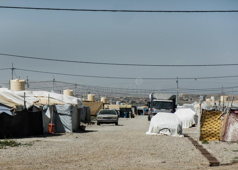22 05 2017, Kawergosk, Iraque : O campo de refugiados abarrotado em Iraque com os refugiados que fogem de É ou estado islâmico fotografia de stock royalty free