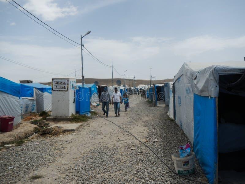 22 05 2017, Kawergosk, Iraque : O campo de refugiados abarrotado em Iraque com os refugiados que fogem de É ou estado islâmico foto de stock royalty free