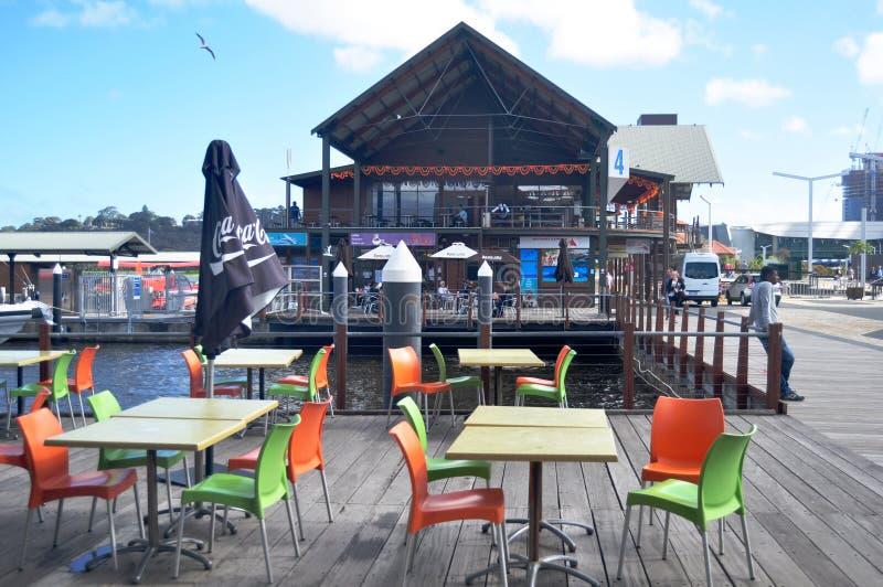 Kawiarnia i restauracja przy nadrzeczną łabędzią rzeką przy Elizabeth Quay w Perth, Australia fotografia royalty free