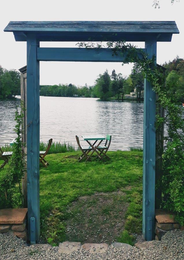 Kawiarnia jeziorem zdjęcia royalty free