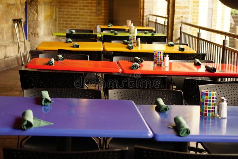 Download Kawiarnia Najpierw Skupia Się Stołowych Stoły Zdjęcie Stock - Obraz złożonej z kawiarnia, kolorowy: 53785432