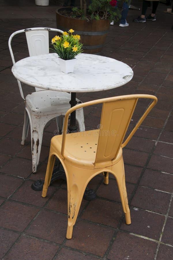 kawiarnia przewodniczy chodniczka stół obraz stock