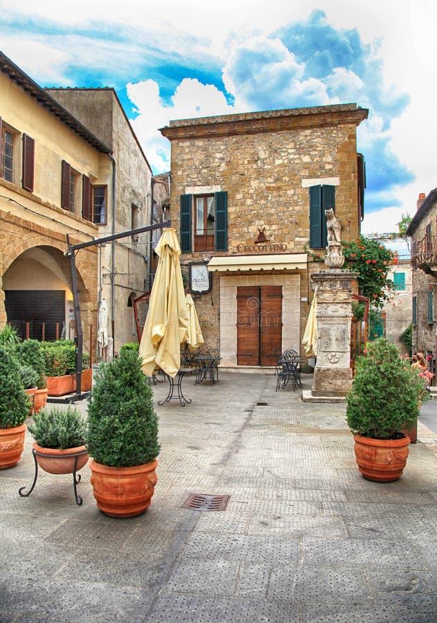 Kawiarnia w średniowiecznym grodzkim Pitigliano budował tuff kamień, Tuscany, I obraz royalty free