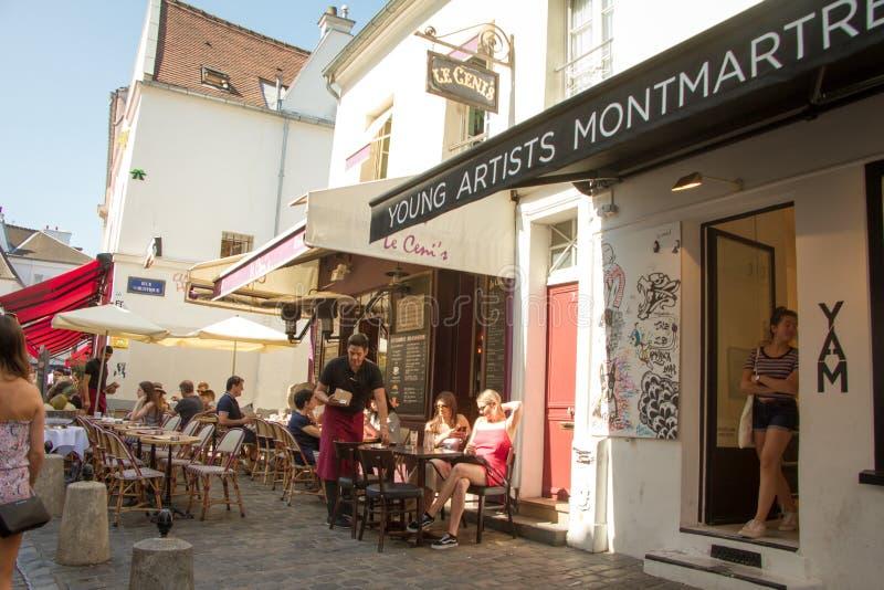 Kawiarnia z mnóstwo lato stołami na ulicie w Montmartre w Paryż obraz royalty free