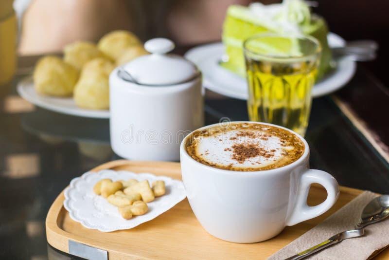 Kawowa cappuccino sztuka w kubku, Z relaksującym czasem zdjęcie stock