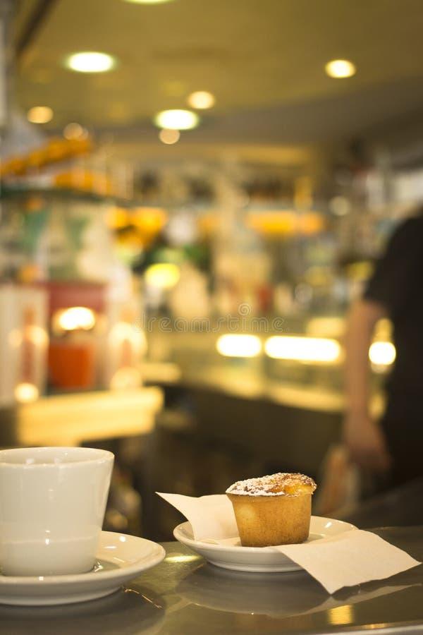 Kawowa expresso filiżanka i tort kawiarni restauracyjny bar zdjęcie stock