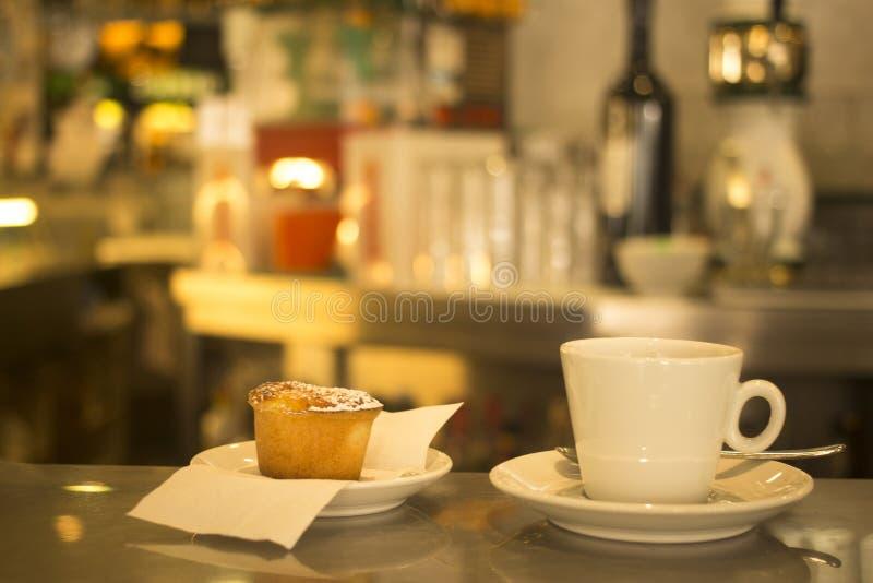 Kawowa expresso filiżanka i tort kawiarni restauracyjny bar obrazy stock