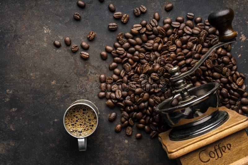 Kawowa fasola i kawowi ostrzarze obraz stock