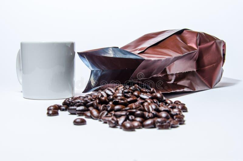 Kawowa fasola z kubkiem fotografia royalty free