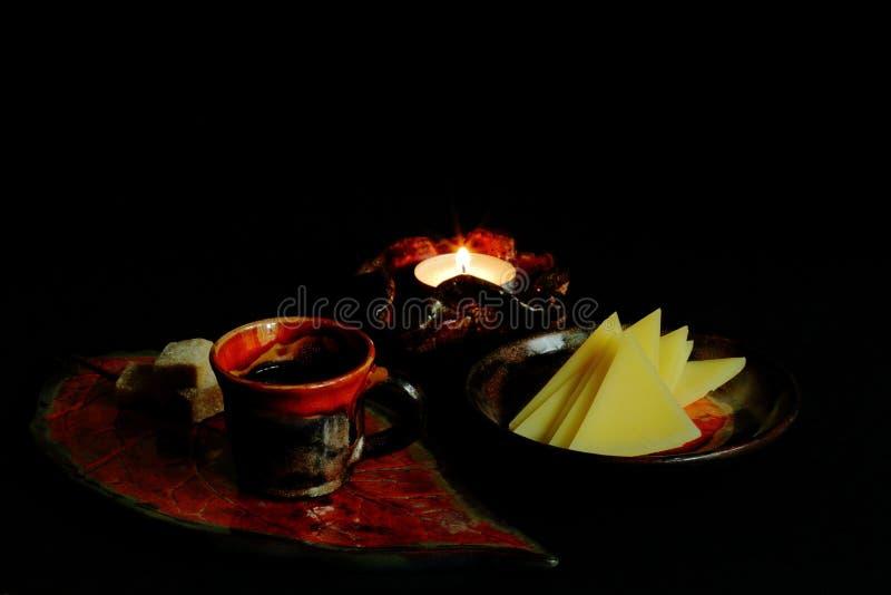 Kawowa gliniana filiżanka dekorował z jaskrawym glazerunkiem z cukierem na stylizowanej tacy, wyśmienicie cząberu serze na talerz zdjęcie royalty free