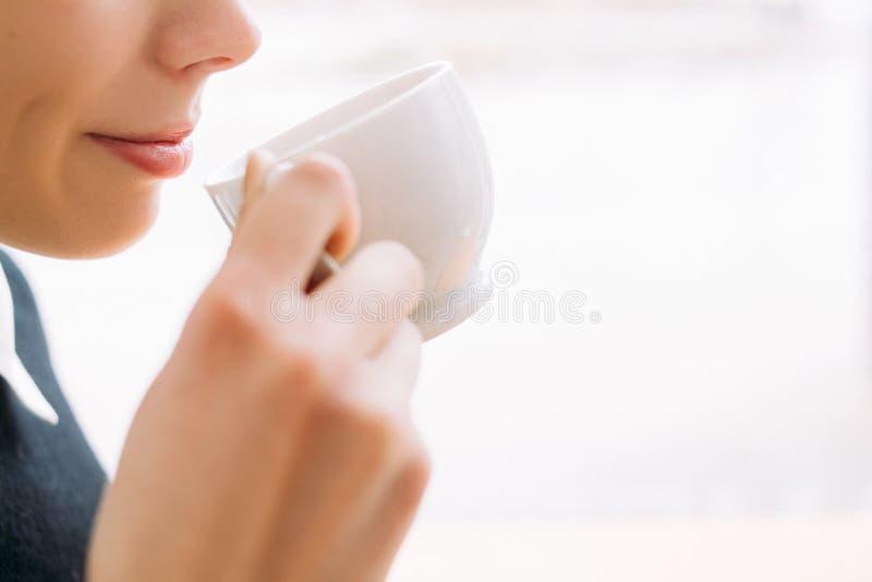 Kawowa herbaciana zachwyt kobieta cieszy się filiżanka napoju fundę zdjęcia royalty free