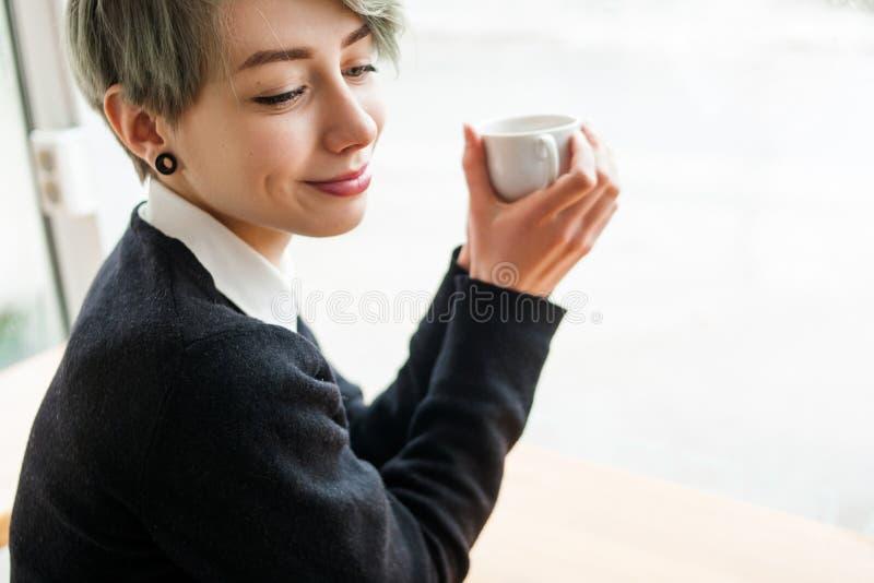 Kawowa herbaciana zachwyt kobieta cieszy się filiżanka napoju fundę fotografia stock