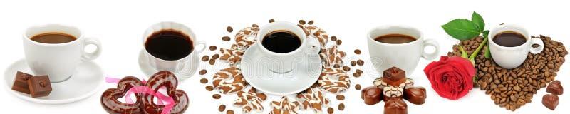 Kawowa i gorąca czekolada w białym filiżanek, cukierku i ciastek isolat, obraz royalty free