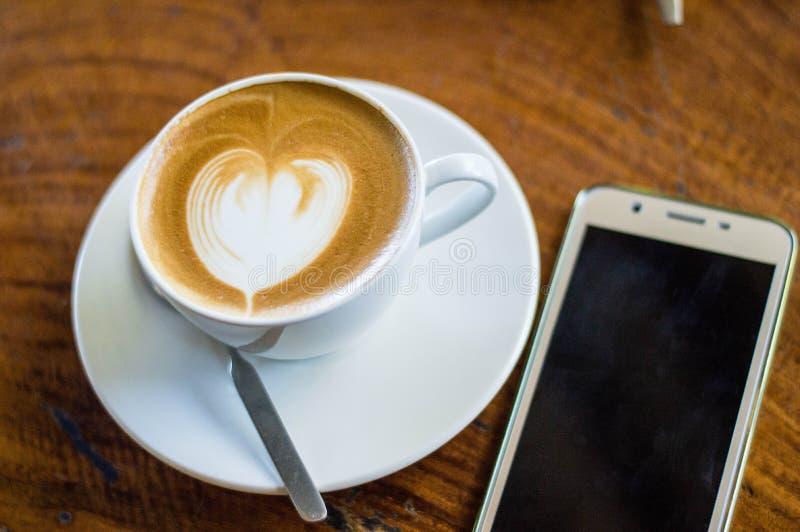 Kawowa latte sztuka w filiżance zdjęcia stock