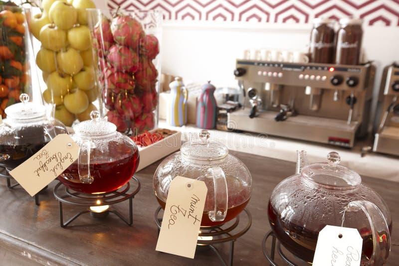 Kawowa maszyna i herbaciana usługa w hotelu fotografia stock