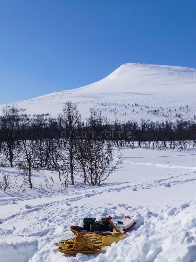 Kawowa przerwa w pustkowiu wśród śnieżnych gór zdjęcia royalty free