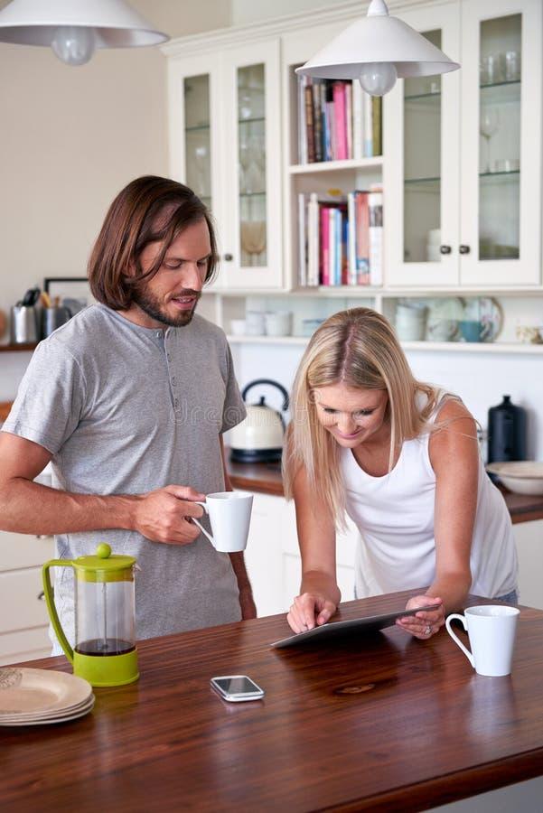 Kawowa styl życia pary pastylka zdjęcie stock