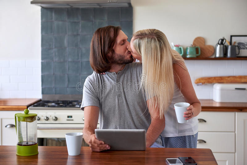 Kawowa styl życia pary pastylka zdjęcie royalty free