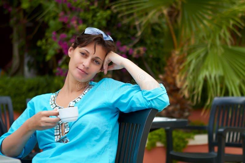 kawowa target1759_0_ ogrodowa siedząca kobieta Yong zdjęcie stock