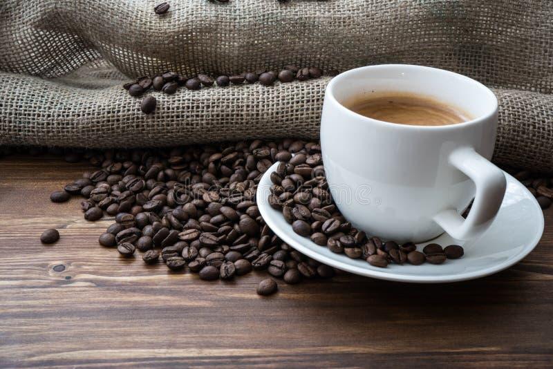Kawowa torba i serce od kawowych fasoli na stole zdjęcie stock