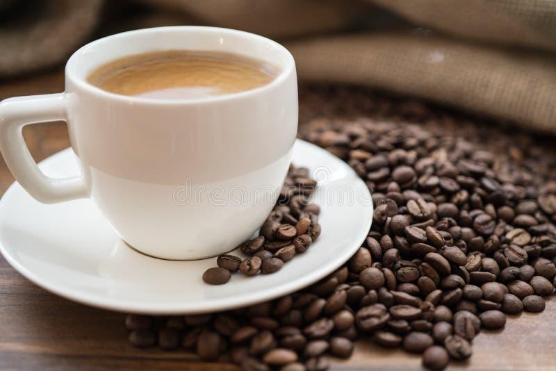 Kawowa torba i serce od kawowych fasoli na stole obraz stock